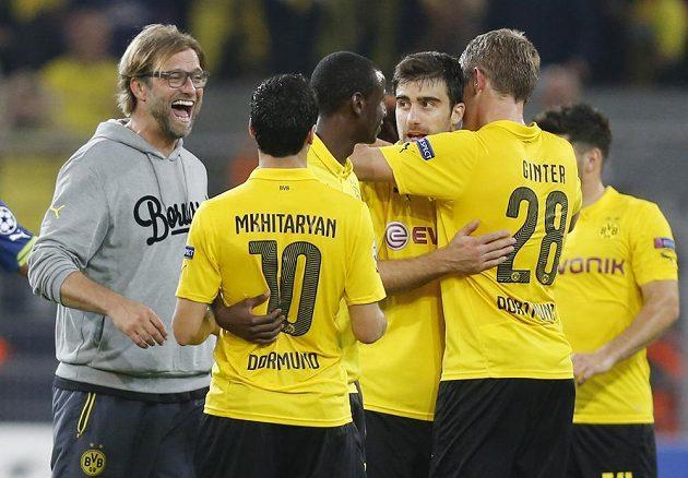 Kouč Dortmundu Jürgen Klopp (vlevo) se svými svěřenci po zápase s Arsenalem.