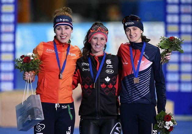 Martina Sáblíková (vpravo) na stupních vítězů po závodě na 3000 m v Erfurtu, uprostřed vítězná Ivanie Blondinová z Kanady, vlevo Antoinette de Jongová z Nizozemska.