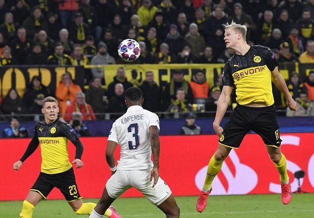 Dortmundský Erling Braut Haaland střílí hlavou na bránu PSG v utkání Ligy mistrů.