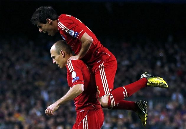 Javi Martínez si z radosti vyskočil na spoluhráče z Bayernu Arjena Robbena, autora vedoucího gólu bavorského týmu v odvetě semifinále LM proti Barceloně.