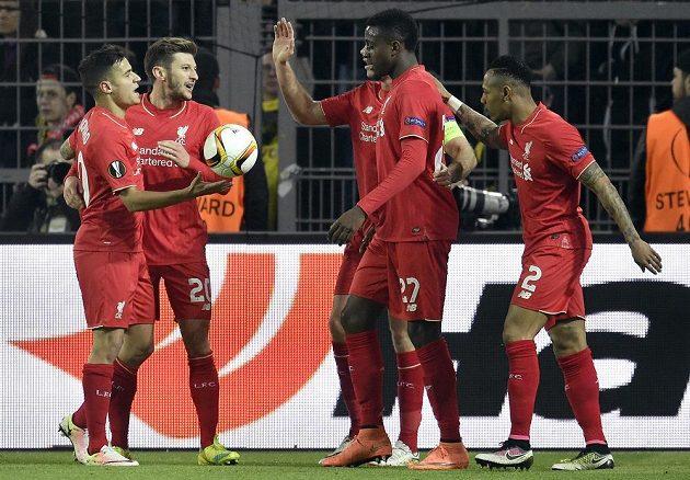 Divock Origi (druhý zprava) z Liverpoolu slaví svůj vstřelený gól na hřišti Dortmundu.