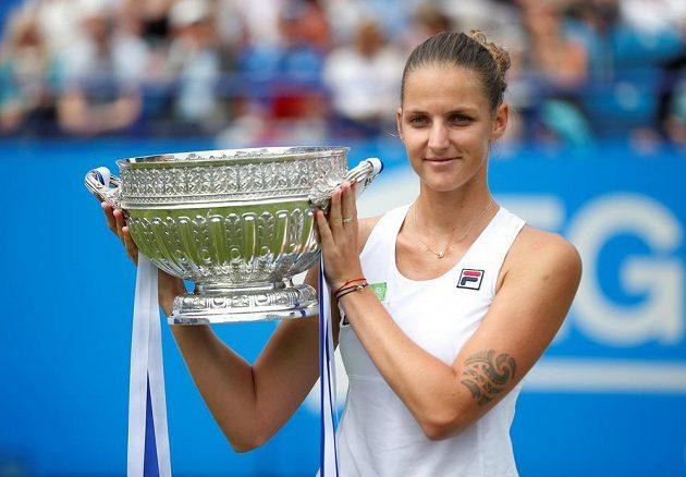 Tenistka Karolína Plíšková pózuje s trofejí.