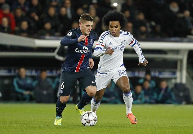Záložník Paris St Germain Marco Verratti (vlevo) a Willian z Chelsea v úvodním osmifinálovém duelu Ligy mistrů.