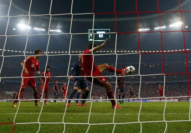 Gól Maria Gomeze z Bayernu proti Barceloně v prvním semifinále.