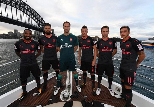 Mezi šesticí hráčů Arsenalu se v novém dresu představil jako model i Petr Čech.