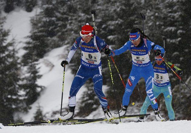 Veronika Vítková (vlevo) při štafetě.