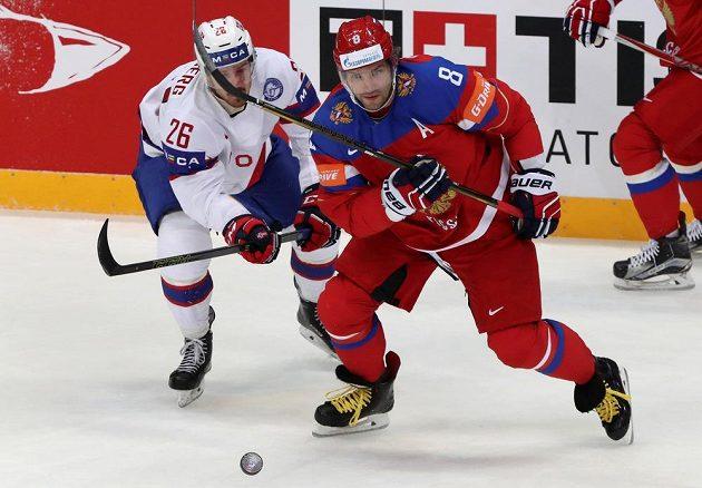 Norský hokejista Kristian Forsberg (vlevo) stíhá Alexe Ovečkina.