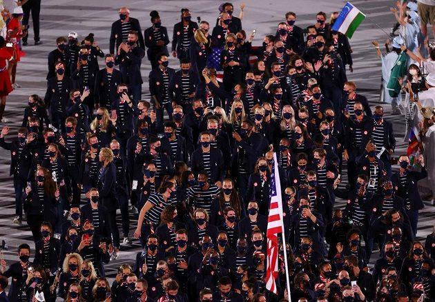 Americká výprava nastupuje na Olympijský stadion během zahajovacího ceremoniálu LOH 2021 v Tokiu.