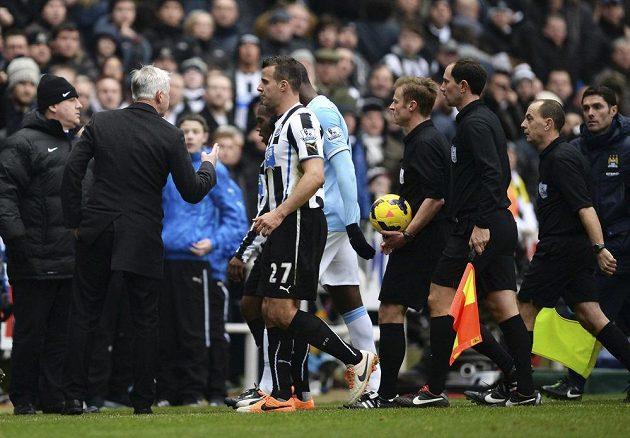 Kouč Newcastlu Alan Pardew (druhý zleva) se vzteká na rozhodčího Mika Jonese (třetí sudí zprava) po utkání s Manchesterem City.