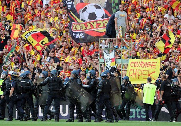 Fotbalisté Lens budou muset sehrát nejméně příští dva domácí zápasy ve francouzské lize před prázdnými tribunami. Klub pyká za výtržnosti fanoušků.