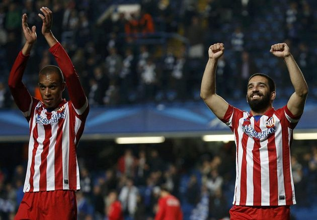 Fotbalisté Atlétika Madrid Arda Turan (vpravo) a Miranda slaví na Stamford Bridge postup do finále Ligy mistrů.