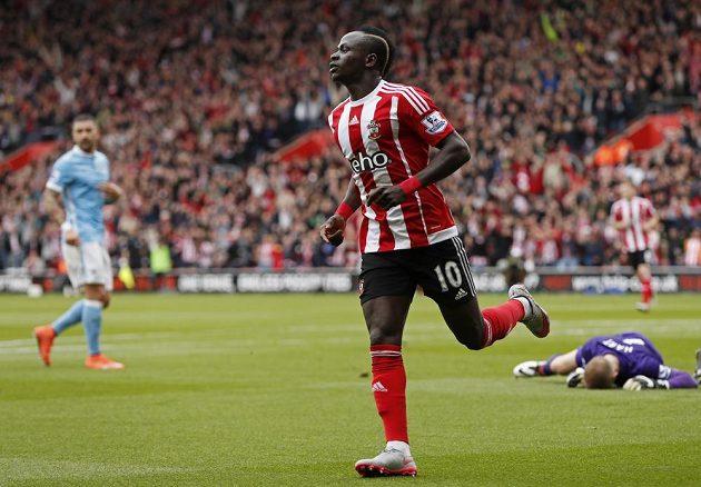 Sadio Mane ze Southamptonu slaví svou branku do sítě Manchesteru City.