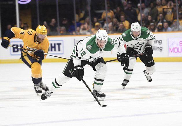 Český hokejista va službách Dallasu Radek Faksa (vpředu) ujíždí s pukem v zápase NHL s Nashvillem.