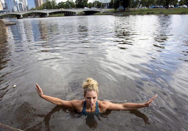 Oslavná koupel Angelique Kerberové v řece Yarra po triumfu na Australian Open.