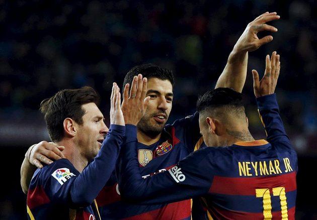 Hvězdy Barcelony Lionel Messi (vlevo), Luis Suárez (uprostřed) a Neymar společně oslavují jednu z branek.