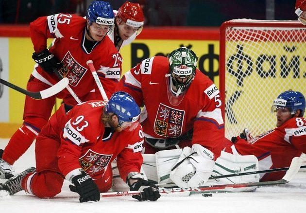 Čeští hokejsité Jiří Hudler (vlevo), Jakub Voráček, gólman Alexander Salák a Jakub Nakládal (vpravo) bojují před brankou o puk v utkání s Běloruskem.
