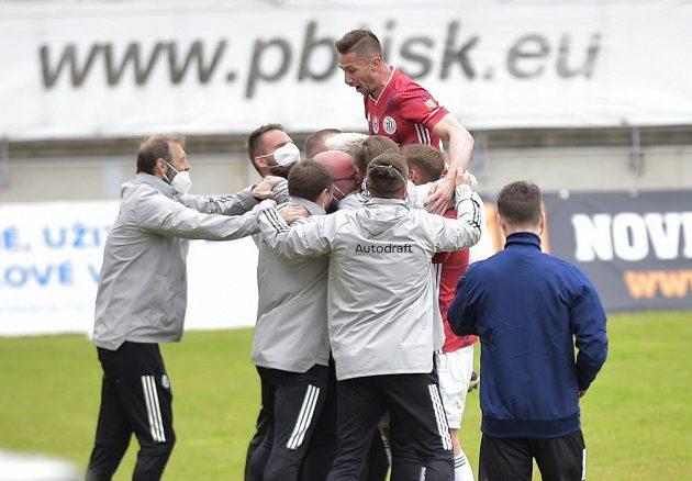 Benjamin Čolič (nahoře) z Českých Budějovic se raduje z gólu na hřišti Příbrami.