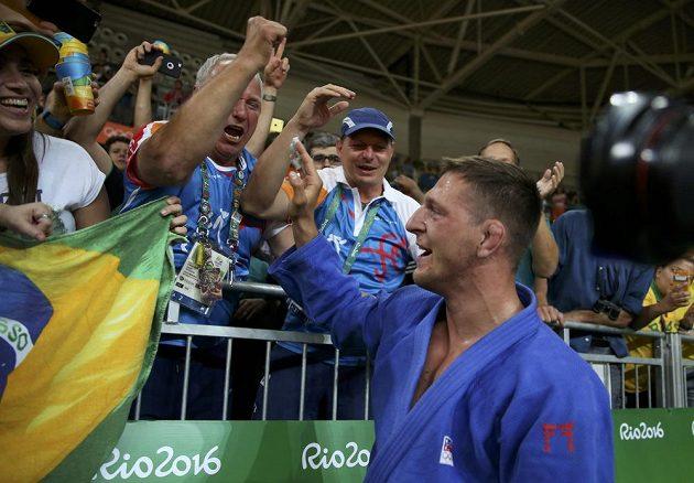 Judista Lukáš Krpálek přijímá gratulace po olympijském triumfu.