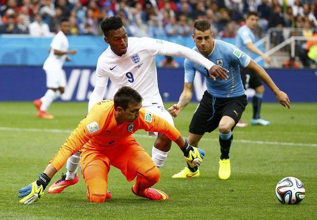 Uruguayský brankář Fernando Muslera se dostal k míči před Angličanem Danielem Sturridgem (9).
