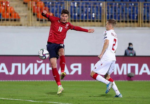 Patrik Schick dává vedoucí gól českého týmu proti Bělorusku.