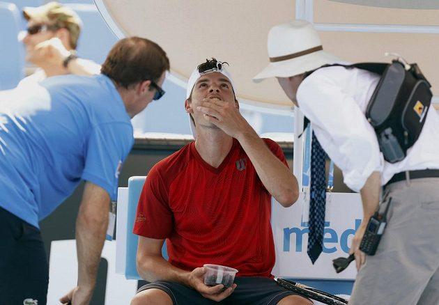 Frank Dancevic v péči lékařů v prvním kole Australian Open.