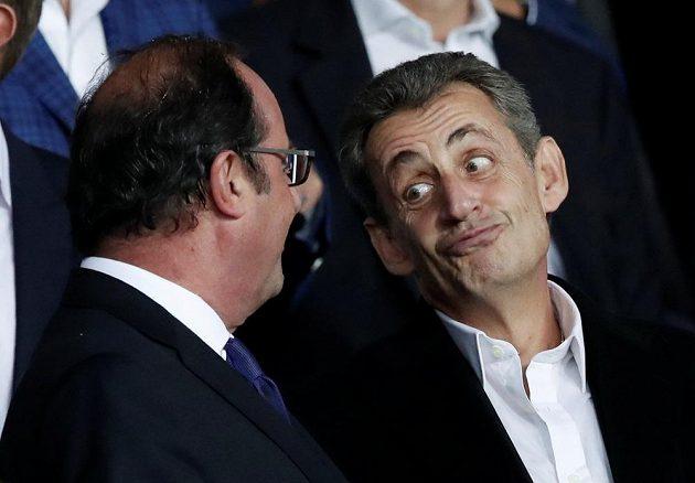 Bývalý francouzští prezidenti Francois Hollande (vlevo) a Nicolas Sarkozy při utkání PSG - Bayern.