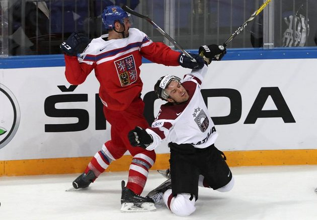 Český útočník Michal Řepík (vlevo) a lotyšský forvard Maksims Širokovs v zápase MS.