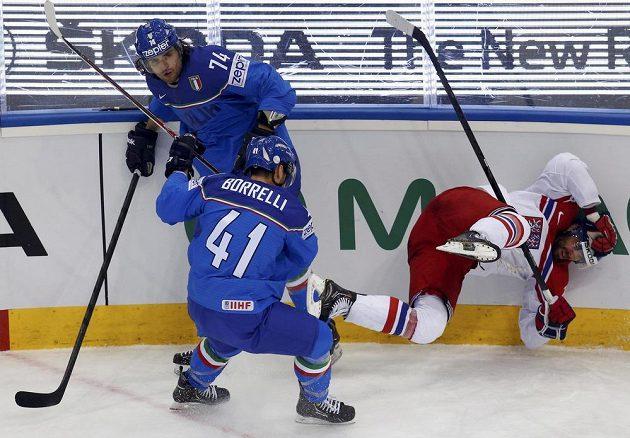 Jakub Klepiš v souboji s italskými hráči Davidem Nicolettim a Davidem Borellim padá na hrazení.