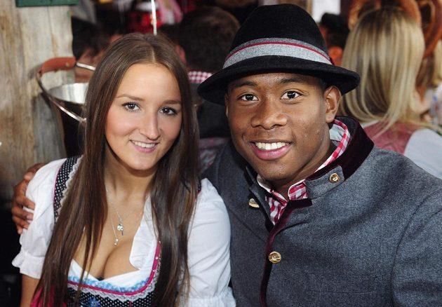 Fotbalista Bayernu Mnichov David Alaba s přítelkyní Katjou Butylinovou na Oktoberfestu.