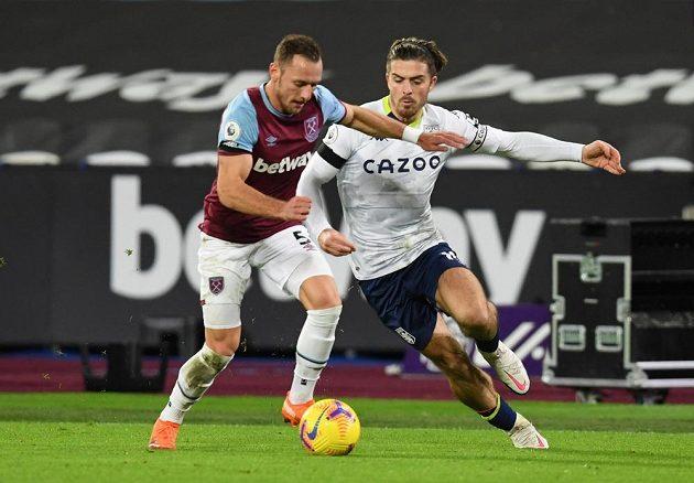 Vladimír Coufal (vlevo) z West Hamu v souboji s Jackem Grealishem z Aston Villy.
