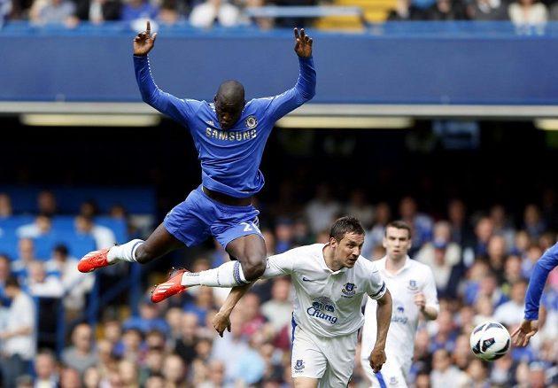 Útočník Chelsea Demba Ba (vlevo) padá po kontaktu s Philem Jagielkou z Evertonu.