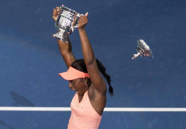 Americká tenistka Sloane Stephensová porazila ve finále US Open krajanku Madison Keysovou 6:3 a 6:0 a vyhrála první grandslamový turnaj v kariéře. Chvíle štěstí si užívala naplno. Pohár zvedla s takovou radostí, až jí kus upadl.