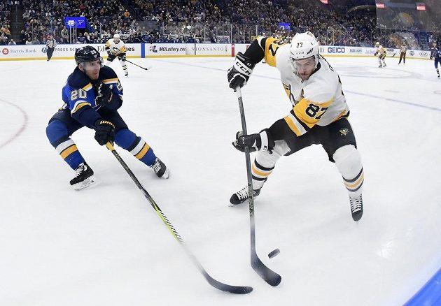Sidney Crosby (87) z Pittsburghu kontroluje puk před Alexanderem Steenem (20) ze St. Louis.