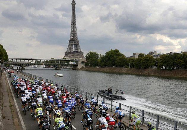 Cyklisté se mohli v závěrečné etapě pokochat pohledem na Eiffelovu věž.