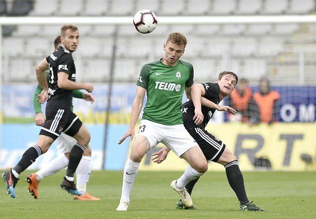 Tomáš Břečka z Jablonce a Ondřej Šašinka z Ostravy v souboji v utkání nejvyšší fotbalové soutěže.
