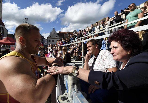 Koulaři Tomáši Staňkovi gratuluje k titulu halová světová rekordmanka Helena Fibingerová.