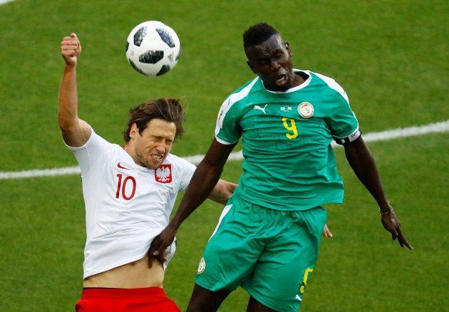 Polský reprezentant Grzegorz Krychowiak ve vzdušném souboji se Senegalcem Mame Biram Dioufem v utkání mistrovství světa.