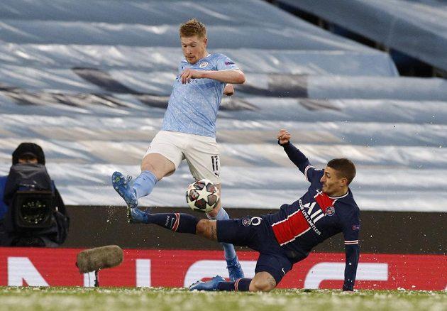 Marco Verratti se skluzem snaží zastavit Kevina De Bruyneho z Manchesteru City.