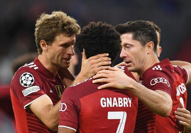 Fotbalisté Bayernu Mnichov se radují z branky