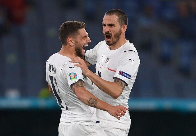 Italové Domenico Berardi (vlevo) a Leonardo Bonucci se radují po prvním gólu proti Turecku.