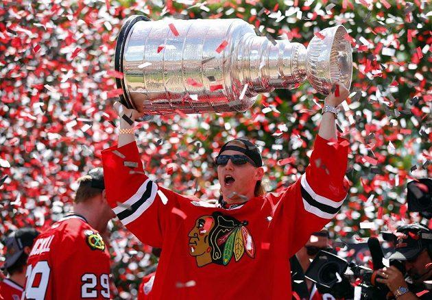 Forvard Patrick Kane při oslavách triumfu Chicaga ve Stanley Cupu.