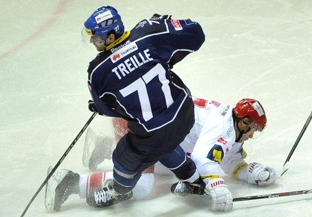 Kladenský útočník Sacha Treille (v modrém dresu) v souboji s třineckým obráncem Josefem Hrabalem.