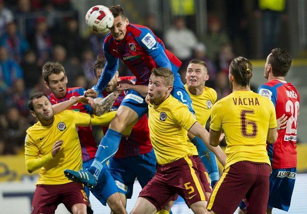Plzeňský Lukáš Hejda střílí první gól zápasu proti Spartě.