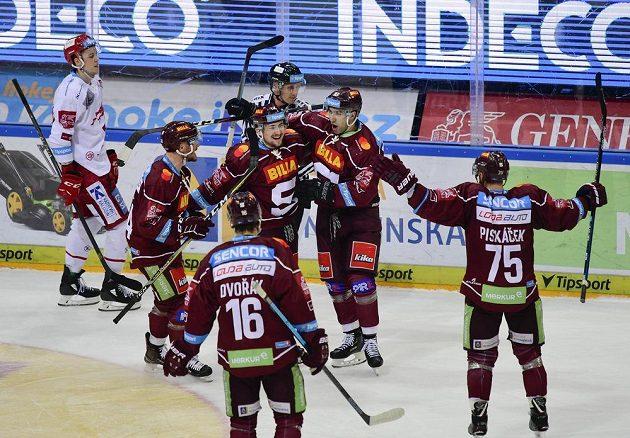 Hráči Sparty se radují z vyrovnávacího gólu na 1:1. Zleva Zach Sill, Tomáš Dvořák, Jiří Černoch, Andrej Kudrna a Jan Piskáček.