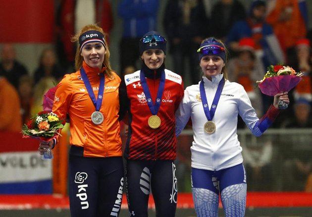 Trio nejlepších po trojce v Inzellu: uprostřed zlatá Martina Sablíková, vlevo stříbrná Nizozemka Antoinette de Jongová, vpravo bronzová Ruska Natalja Voroninová.