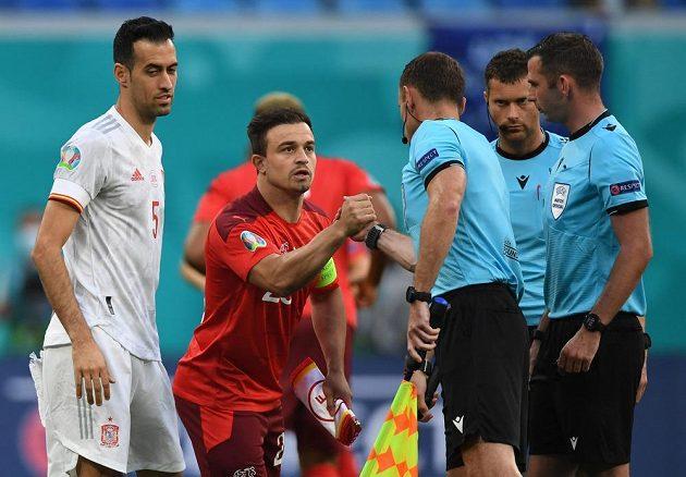 Švýcarský fotbalista Xherdan Shaqiri a Španěl Sergio Busquets s rozhodčími, kteří vedou čtvrtfinále EURO.