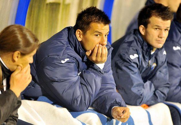 Takto útočník Baníku Milan Baroš (uprostřed) čekal na lavičce v prvním poločase utkání s Jihlavou na svoji příležitost.