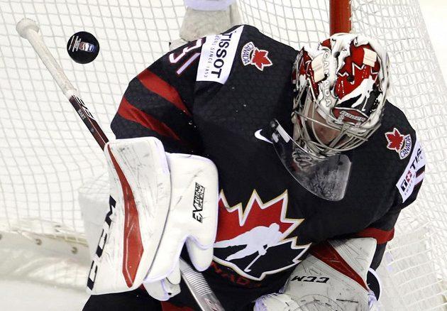 Brankář kanadské hokejové reprezentace Carter Hart a jeho zákrok během utkání mistrovství světa proti Dánsku.