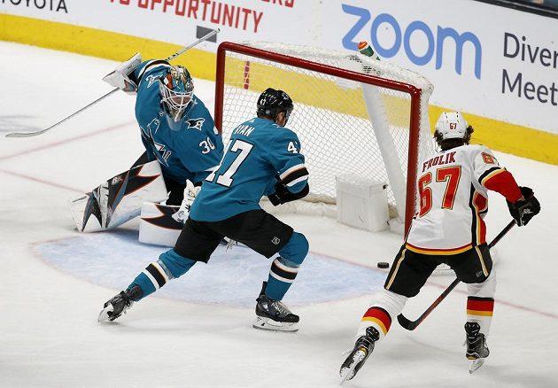 Útočník Michael Frolík (67) sleduje, jak puk končí v brance San Jose Sharks během utkání NHL. Český střelec se později sám také zapsal mezi střelce.