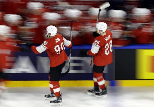 Timo Meier ze Švýcarska slaví gól se spoluhráči ve finále proti Švédsku.